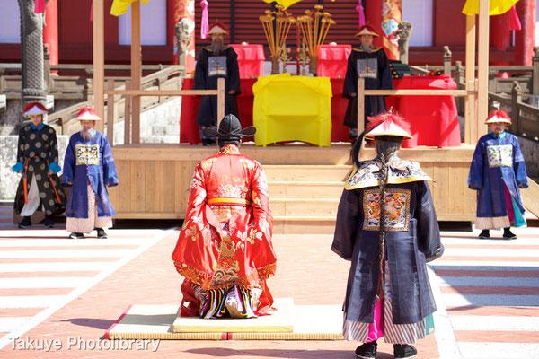 01b-0009 三跪九叩頭礼(さんききゅうこうとうれい) 中国式の最上級の拝礼。