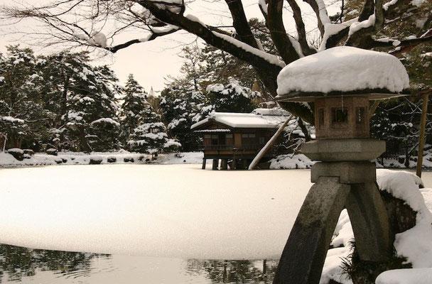 09-0027 雪吊りの兼六園