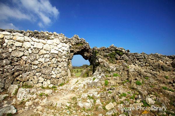 06b-0004 玉城城 主郭の城門 自然石をくり抜いてつくられた円形の特徴的な城門