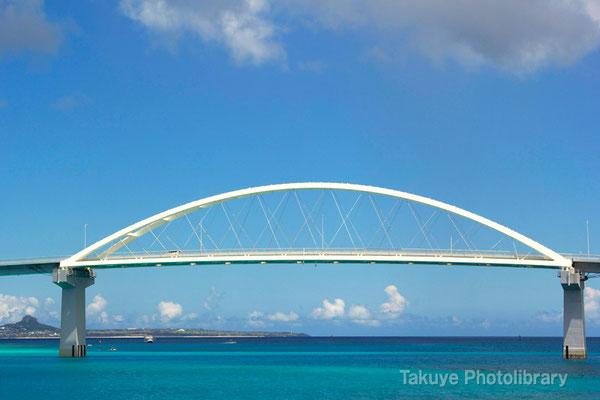 07d-0005 瀬底大橋と伊江島