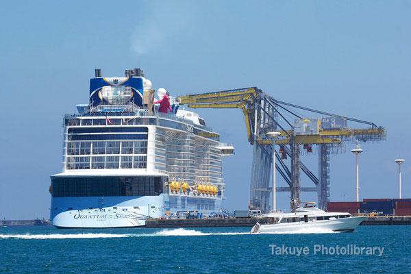 15-0041 クルーズ船クァンタムとガントリークレーン 那覇新港