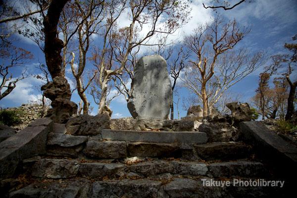 02-0014 階段を登った左手にある石碑。北山王側室の志慶真乙樽(シゲコウトゥダル)が詠んだ琉歌