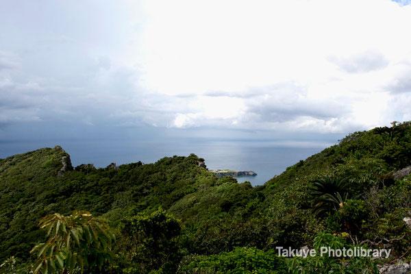 07-0061 右の峰がニヌクシ嶽・真ん中がアフリ嶽・左がシチャラ嶽。辺戸岬。
