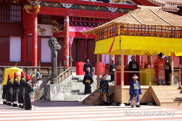 01b-0015 その後、琉球国王は正使・副使と共に正殿内へ …。儀式再現はこれで終了。