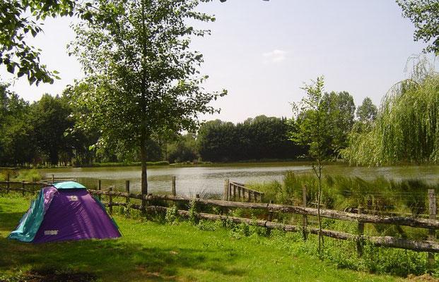 Emplacement de camping avec vue sur l'etang