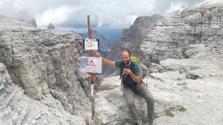 Erst oben lesen wir die Warnung. Der Klettersteig bedarf dringend einer Sanierung und Beschilderung!