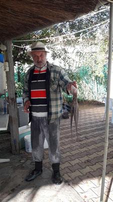 Aris mit totgeklopftem Tintenfisch