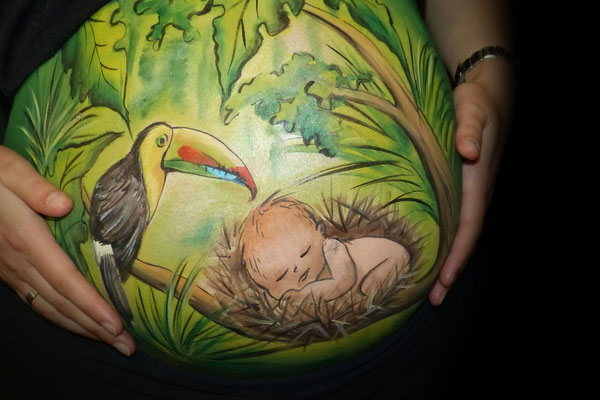 Een natuurlijke bellypaint met een paradijsvogel en slapend babietje