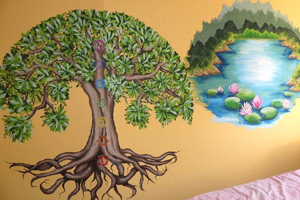 Levensboom muurschildering met chakra's en watertje