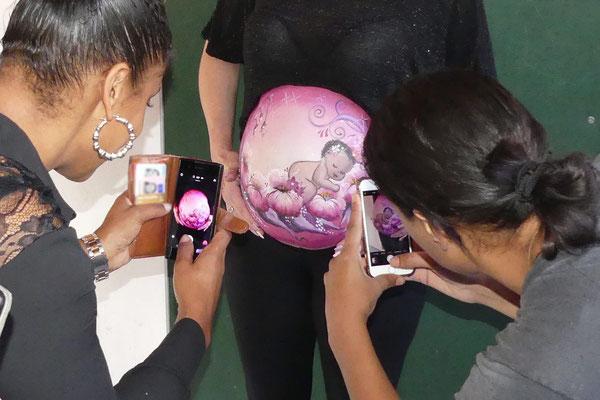 Veel foto's worden er gemaakt tijdens het bellypainten op een babyshower
