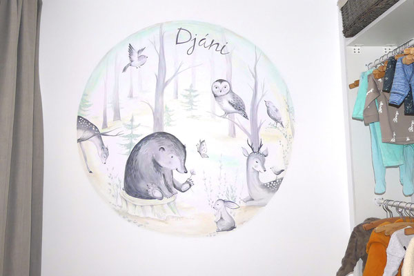 Ronde muurschildering van bosdieren boven ledikantje