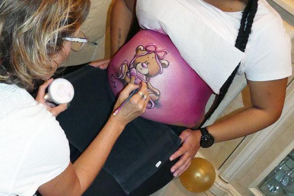 Buikschilderen tijdens een babyshower