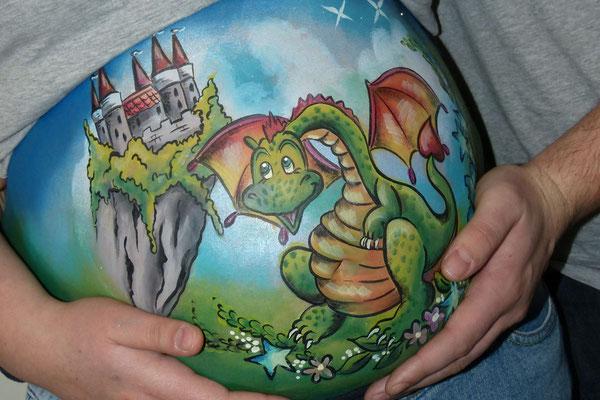 Stoere buikschildering met een draak en een kasteel