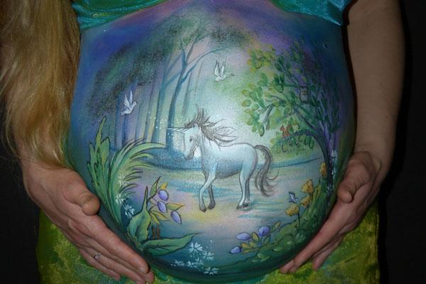 Een romantische stijl buikbeschildering met eenhoorn