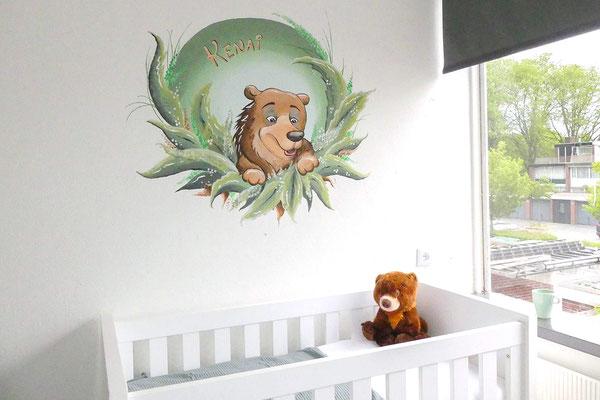 Muurschildering beer boven het ledikantje