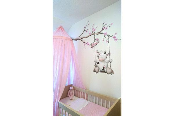 Muurschildering koetje op babykamer