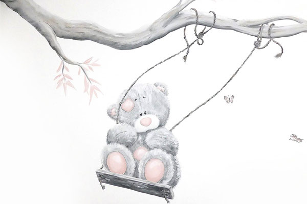 Muurschildering beer op schommel op meisjeskamer