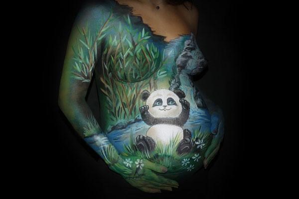 Een pandabeer in deze bodypaint