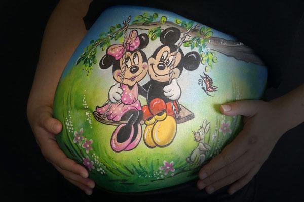 Buikschildering met Mickey en Minnie Mouse op een schommel