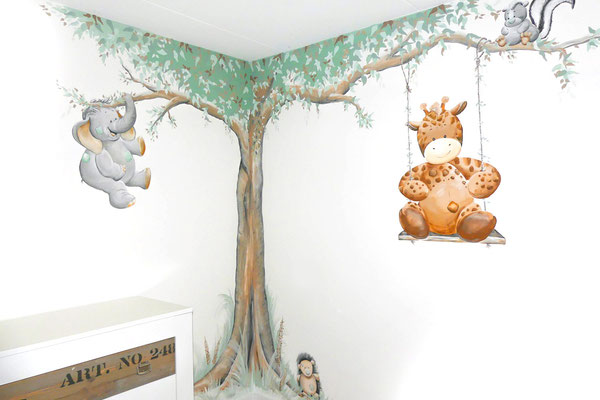 Muurschildering op babykamer met jungledieren
