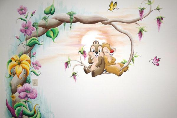 Muurschildering op meisjeskamer met veel bloemen en Knabbel en Babbel