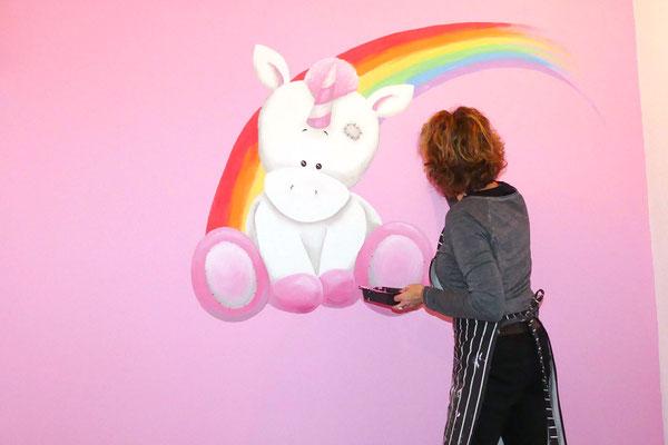 Unicorn muurschildering op roze meisjeskamer