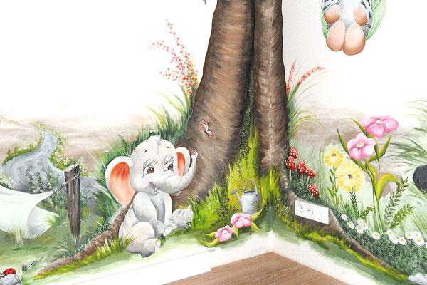 Muurschildering van boom met veel diertjes op kinderkamer