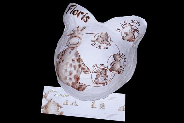 Een gipsen buik met geboortekaartje als beschildering