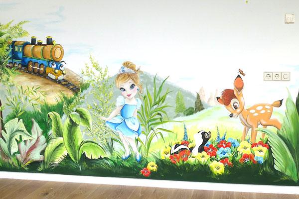 Muurschildering op kinderkamer met diverse personages