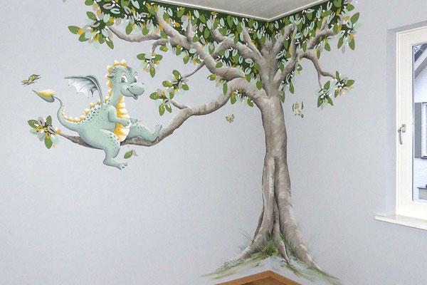 Muurschildering op kinderkamer met een draakje