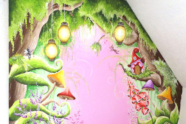 Muurschildering in sprookjesstijl op miesjeskamer