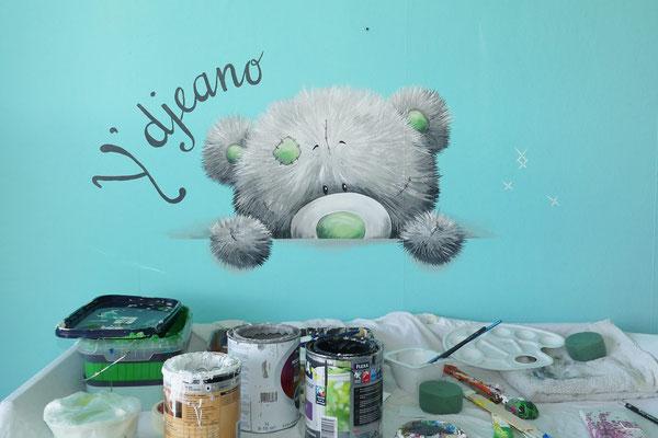 Me to You beertje op de muur geschilderd