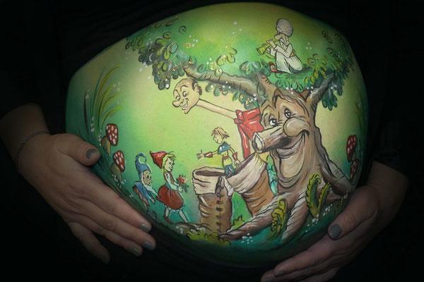 Buikschildering met de sprookjesboom van de Efteling
