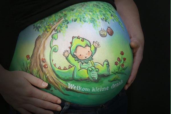 Een schattige baby in een drakenpakje als bellypaint
