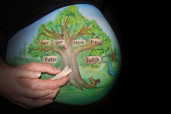 Een levensboom, familieboom als uitgangspunt voor deze buikbeschildering
