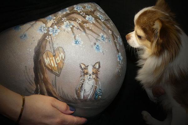 Hun eigen hondje op de buik geschilderd