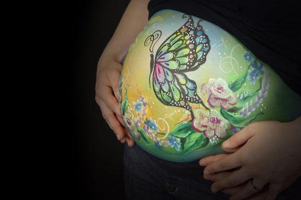 Een vlinder en bloemen wordt veel gekozen als bellypaint