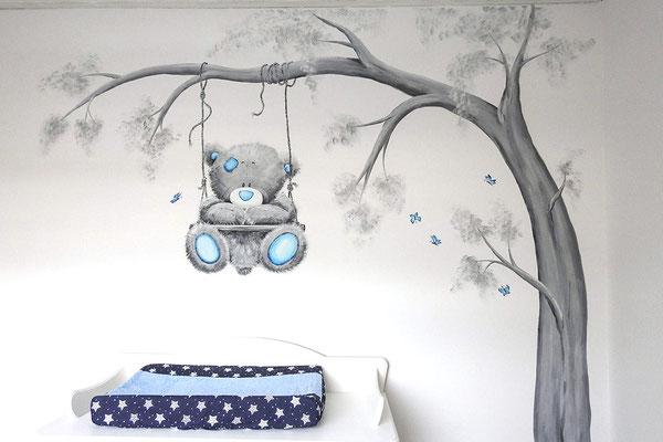 Beertje op schommel geschilderd op een babykamer