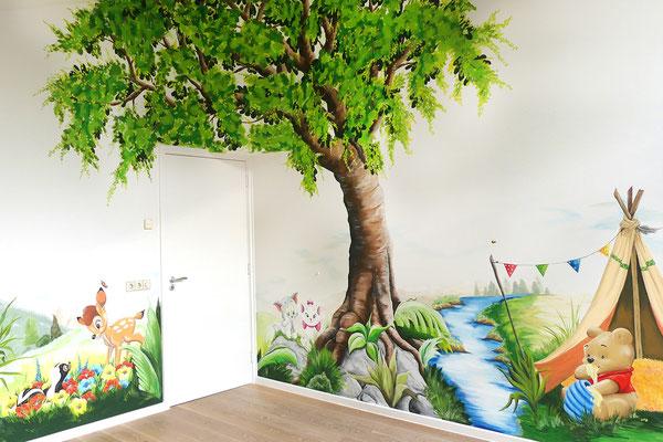 Een muurschildering met oa een hele grote boom