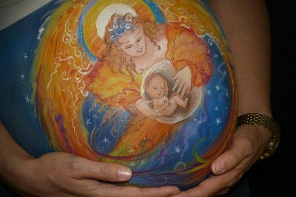 Moeder en kind in de bellypaint verwerkt