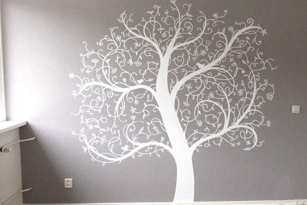 Abstracte doch sierlijke boom op ouderslaapkamer
