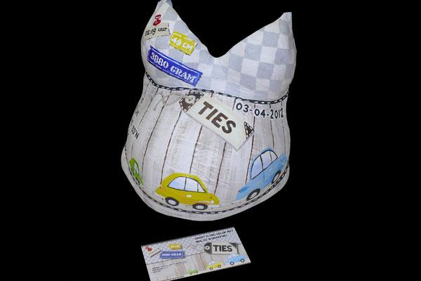 Geboortekaartje op gipsen buik geschilderd