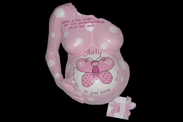 het geboortekaartje op haar gipstorso geschilderd