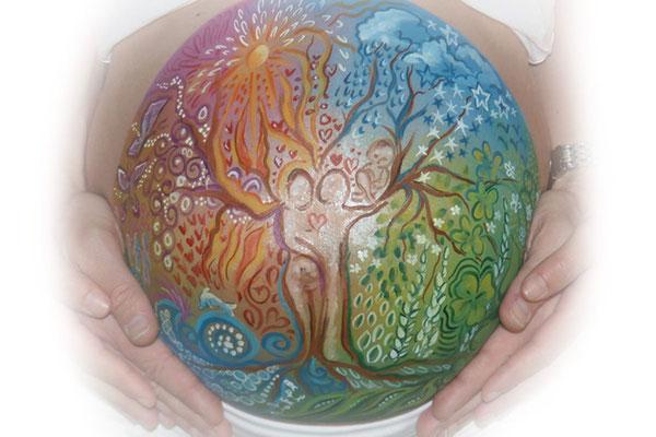 Een levensboom als bellypaint met de elementen water, vuur, lucht en aarde