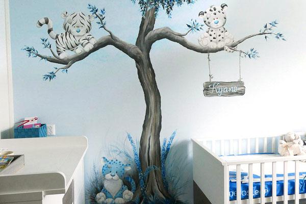 Muurschildering van boom met diertjes op jongenskamer