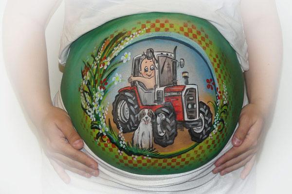 Stoere bellypaint met een tractor voor een boerengezin