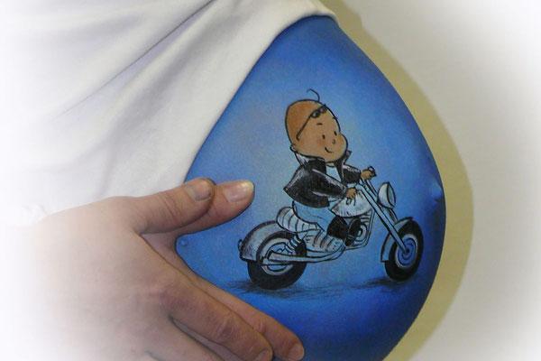Blauwe bellypaint met een jongen op een motortje