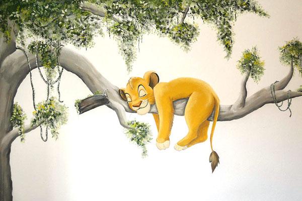 Simba slapend op tak op babykamer