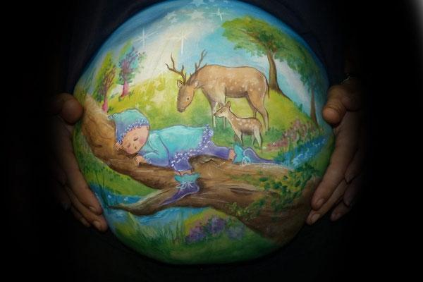 Romantische buikbeschildering met baby en hertjes