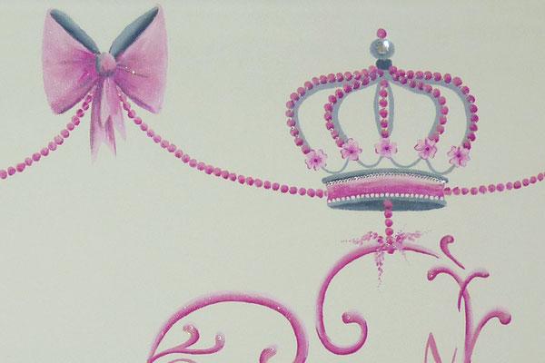 Muurschildering met kroontjes en naam voor op meisjeskamer